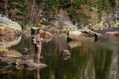 Caminante en parque nacional de las monta?as rocosas en los E.E.U.U. fotos de archivo libres de regalías