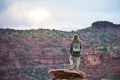 Caminante en parque nacional del fil?n del capitolio en Utah, los E.E.U.U. foto de archivo libre de regalías