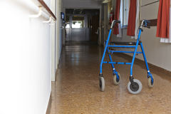 Caminante en suelo de un hospital imágenes de archivo libres de regalías