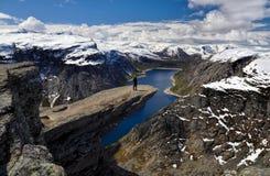 Caminante en Trolltunga, Noruega Foto de archivo