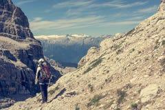 Caminante en un rastro de montaña fotos de archivo