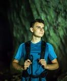 Caminante en una cueva, primer del adolescente Foto de archivo libre de regalías