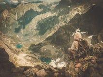 Caminante en una montaña fotos de archivo libres de regalías