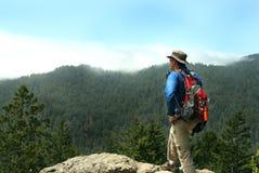 Caminante encima de un pico Fotografía de archivo