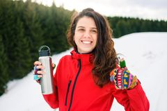 Caminante feliz con el termo en la montaña nevosa Imagen de archivo libre de regalías