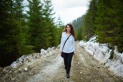 Caminante feliz de la mujer imagenes de archivo