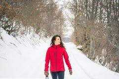 Caminante feliz que camina en la trayectoria nevosa de la montaña Imagen de archivo libre de regalías