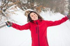Caminante feliz que camina en la trayectoria nevosa de la montaña Fotos de archivo libres de regalías