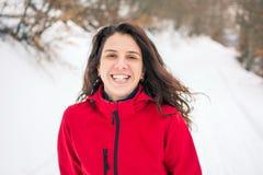 Caminante feliz que camina en la trayectoria nevosa de la montaña Fotografía de archivo
