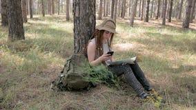Caminante femenino en el bosque almacen de metraje de vídeo