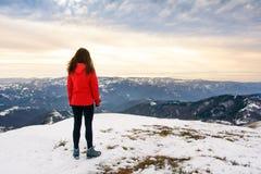 Caminante femenino en el top nevado de la montaña Fotografía de archivo libre de regalías