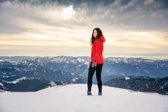 Caminante femenino en el top nevado de la montaña Fotos de archivo