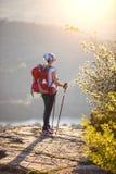 Caminante femenino joven que se coloca en el acantilado imágenes de archivo libres de regalías
