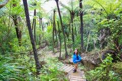 Caminante femenino joven que sonríe, pista de senderismo del soporte Manaia Imagen de archivo