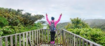 caminante femenino que aumenta las manos arriba para arriba Imagen de archivo