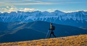 Caminante femenino que goza de Mountain View Fotografía de archivo libre de regalías