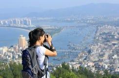 Caminante/fotógrafo de la mujer al aire libre Fotos de archivo