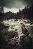 Caminante hermoso de la mujer cerca del río salvaje de la montaña imagen de archivo libre de regalías