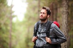 Caminante - hombre que va de excursión en bosque Foto de archivo libre de regalías