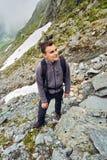 Caminante joven con la mochila en un rastro Fotografía de archivo