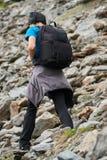 Caminante joven con la mochila en un rastro Fotos de archivo libres de regalías