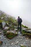 Caminante joven con la mochila en un rastro Imagen de archivo