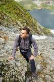 Caminante joven con la mochila en un rastro Foto de archivo libre de regalías