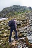 Caminante joven con la mochila en un rastro Foto de archivo
