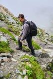 Caminante joven con la mochila en un rastro Imágenes de archivo libres de regalías