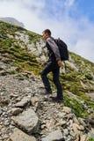 Caminante joven con la mochila en un rastro Imagenes de archivo