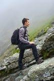 Caminante joven con la mochila en un rastro Fotografía de archivo libre de regalías