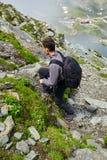 Caminante joven con la mochila en un rastro Fotos de archivo