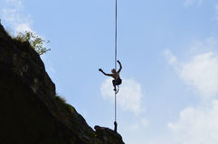 Caminante joven del highline alto en una cuerda tirante en el cielo Imágenes de archivo libres de regalías