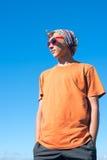 Caminante joven en fondo del cielo azul Imagen de archivo