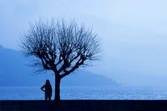 Caminante lateral del lago Imagen de archivo libre de regalías