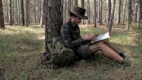 Caminante masculino en el bosque almacen de metraje de vídeo