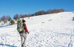 Caminante masculino en la montaña nevada Imagen de archivo