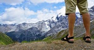 Caminante masculino en la tapa de la montaña Fotos de archivo libres de regalías