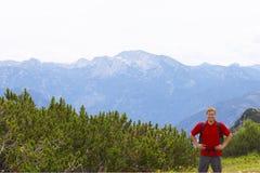 Caminante masculino en tapa de la montaña Fotografía de archivo