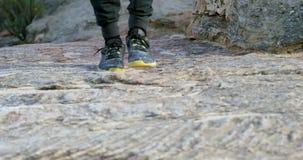 Caminante masculino que camina en la montaña rocosa 4k metrajes