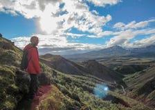 Caminante masculino que camina solamente en el paisaje volcánico de admiración salvaje con la mochila pesada Pasión por los viaje fotos de archivo libres de regalías