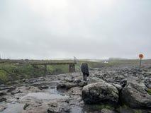 Caminante masculino que camina solamente en el paisaje volcánico de admiración salvaje con la mochila pesada Pasión por los viaje imagenes de archivo
