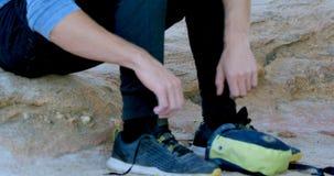 Caminante masculino que lleva sus zapatos 4k metrajes