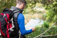 Caminante masculino que mira el mapa Fotografía de archivo
