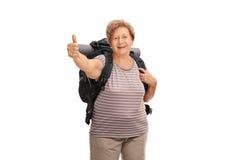 Caminante mayor que da un pulgar para arriba Imagen de archivo