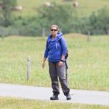 Caminante, mujer joven con la mochila Foto de archivo libre de regalías