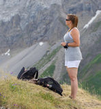 Caminante, mujer joven con la mochila Imágenes de archivo libres de regalías