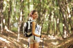 Caminante nórdico femenino Imagenes de archivo