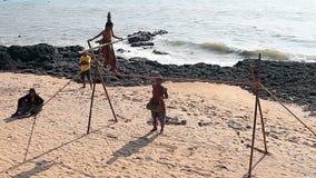 Caminante no identificado de la cuerda tirante que vaga que juega en la playa almacen de video