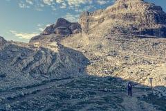 Caminante que aborda un camino rocoso foto de archivo libre de regalías
